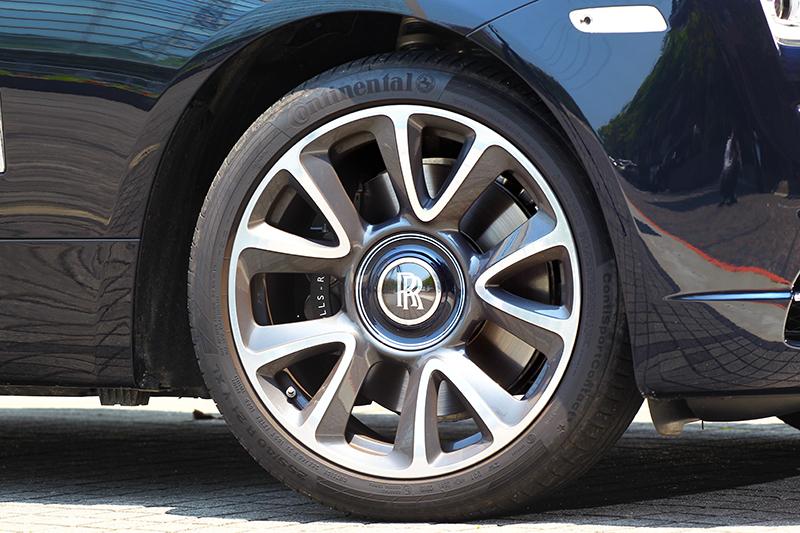試駕車型選配21吋輪圈,而輪圈飾蓋永保直立亦是品牌象徵。