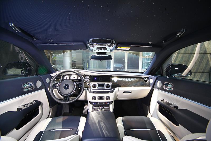 車室每一處的頂級材質與皮革都能依喜好客製化。