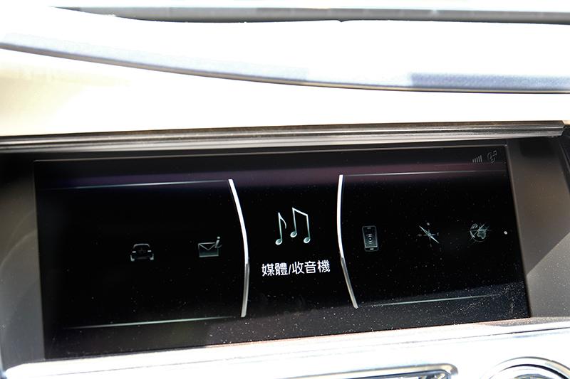 中控系統與控制旋鈕操作邏輯和BMW iDrive系統相似,但女神標誌讓車價與身分大不相同。