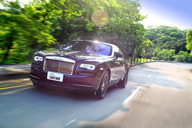 Wraith路感比自家其它車型明顯,但仍具有其它豪華車型都無法媲美的舒適度。