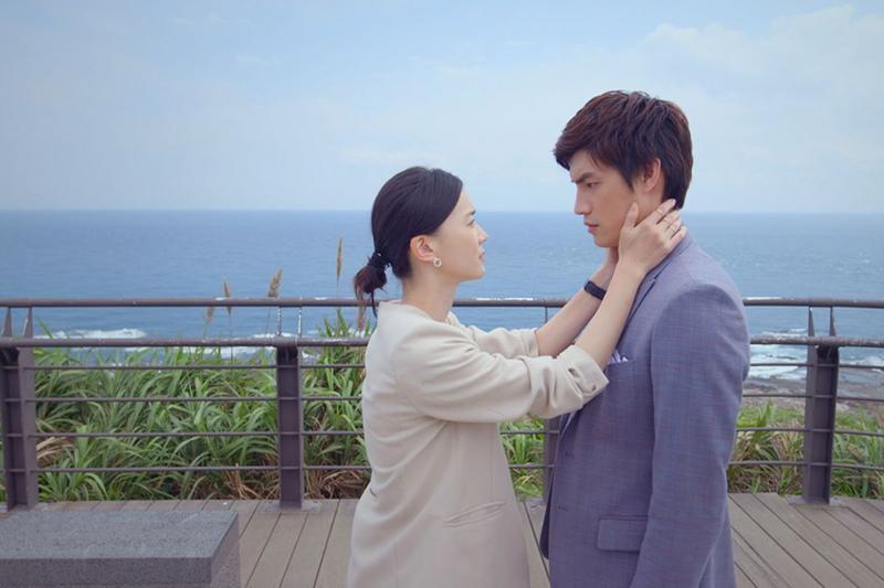 《跟鯊魚接吻》羅宏正(右起)、鍾瑶兩人相擁重修舊好,飆出收視好成績。