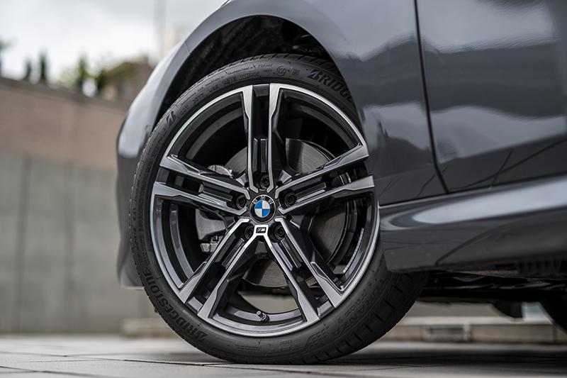 五爪雙輻式M款18吋鋁圈,搭配225/40 R18寬扁跑胎盡展熱血動感。
