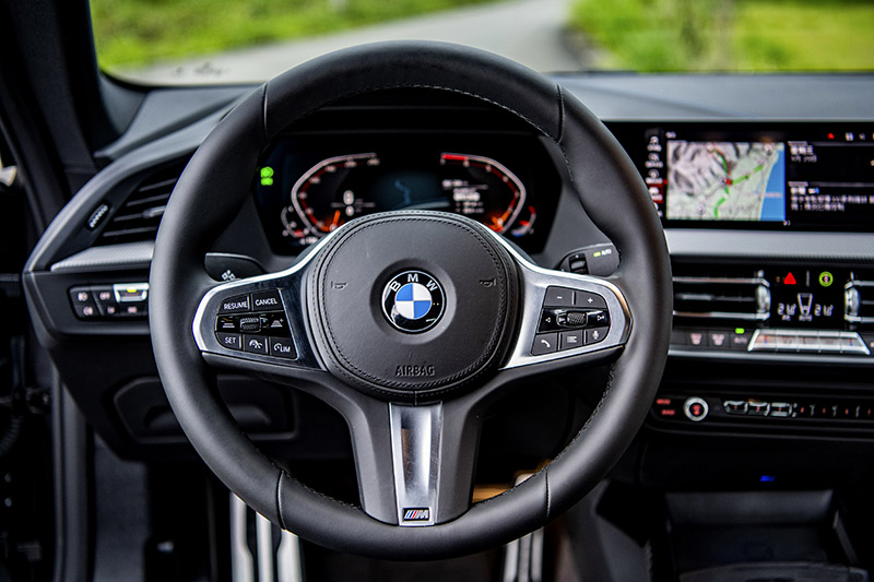 在質感優異且作工細膩的車室中增添的三輻式M款多功能真皮方向盤,讓每次駕馭格外令人期待。
