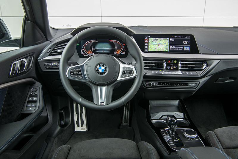 以10.25吋虛擬數位儀錶與10.25吋中控觸控螢幕所共構的全數位虛擬座艙,兼顧資訊判讀便利性與科技視覺感度。