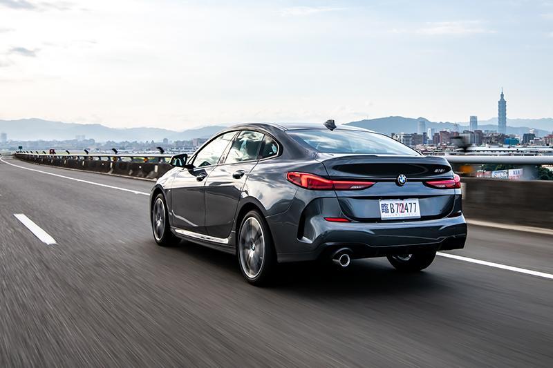 全新BMW 218i Gran Coupe M Sport不僅身擁品牌性能DNA,並以更敏銳迅捷的ARB防滑控制系統與Performance Control彎道控制系統,打造犀利明快的動態轉向反應。
