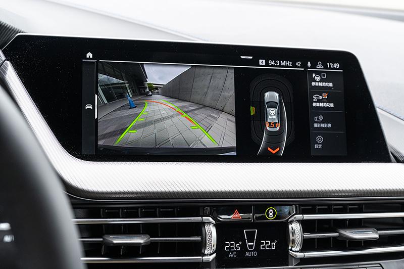 擁有廣受好評的BMW Personal CoPilot智慧駕駛輔助系統之餘,全新BMW 218i Gran Coupe M Sport同時具備自動倒車輔助系統,能夠記憶最後50公尺軌跡為駕駛者自動倒車駛離窘境,為業界首創的科技安全功能。