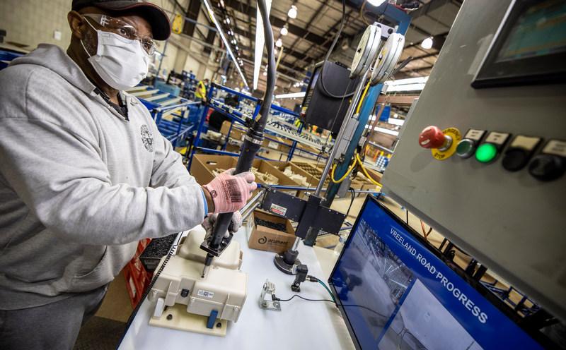 為避免感染廠內人員都均配戴口罩,且環境與設備也會進行消毒。