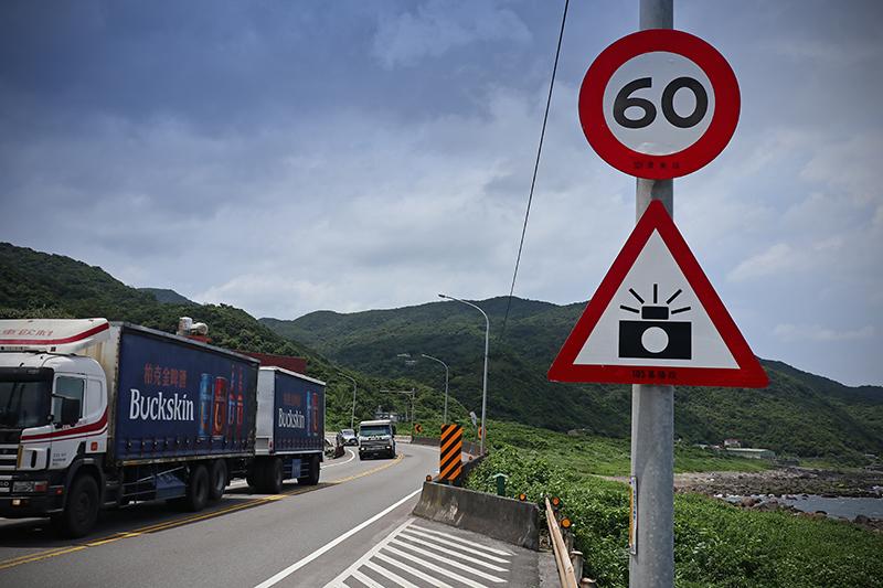 濱海公路唯一壞處就是大車頗多,不時還有測速照相機伺候。