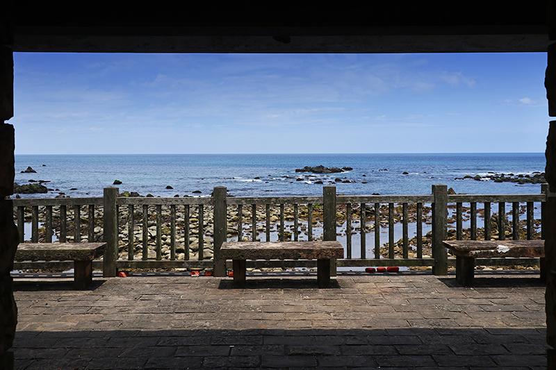 台灣東海岸就是漂亮,一個公車亭,也有如此絕美風景。