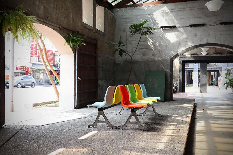 車站一旁是以舊倉庫改建而來的宜蘭行口,同樣以思古幽情引人入勝。