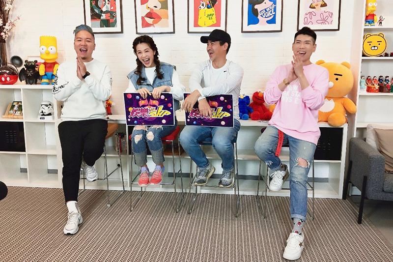 《多情城市》中可愛父女檔翁家明(右二)、廖苡喬(左二)上《娛樂超skr》節目。