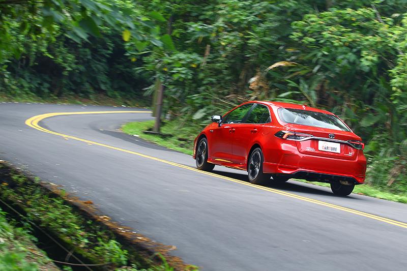 說真的,以前的Corolla Altis實在是軟,但早在前幾代的改款中便能看見進化的軌跡。