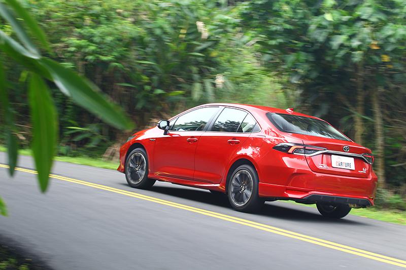入彎的側傾幅度被抑制得更為緩和,回正效率也更為迅速,因此能夠及早恢復得以全油門出彎的車身姿態。