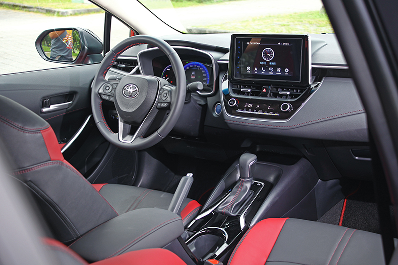 座艙以紅/黑雙色呈現,展現Toyota性能車系一貫的熱血觀感。
