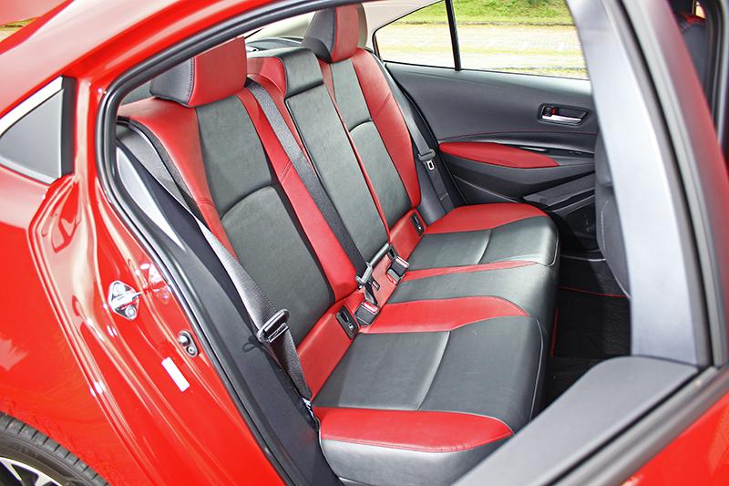後座依舊寬敞舒適,同為雙色化設計展現座艙的整體性。