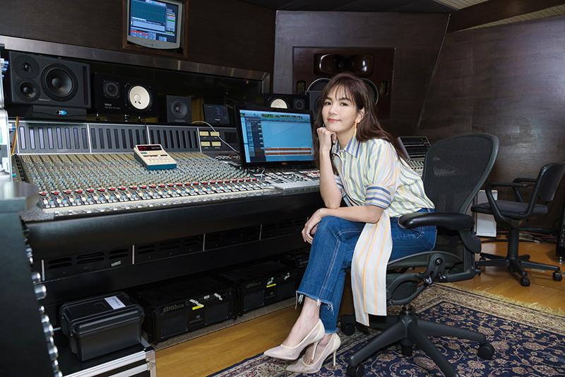Ella陳嘉樺相夫教子,看著兒子的逐漸長大,她母性潛能大發,有感而發寫下《晚安歌》一曲。