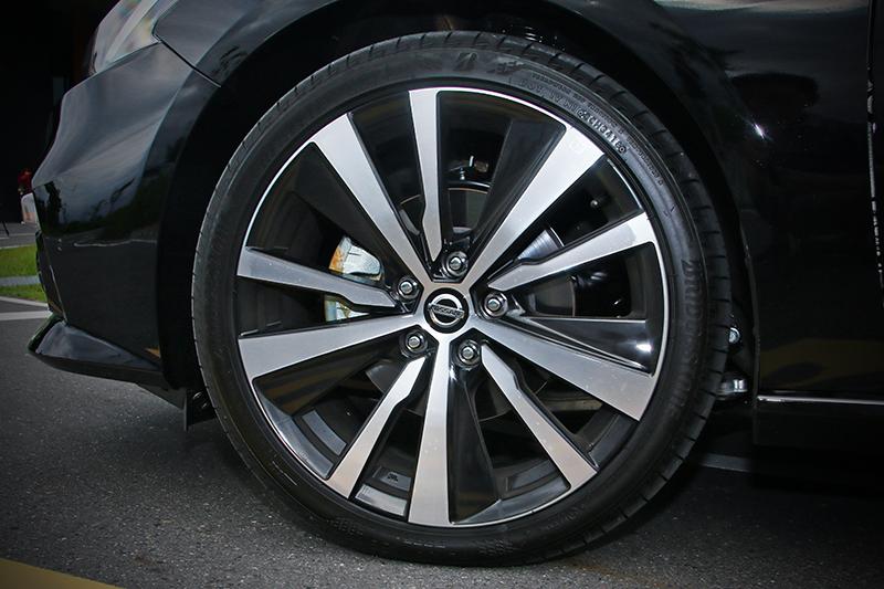235/40 R19大尺碼跑胎是頂規版的標配,襯得車側極度動感。