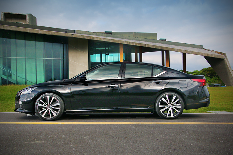 從車頂開始極度傾斜的C柱線條,讓全新Altima頗有4-Door Coupe造型聯想。
