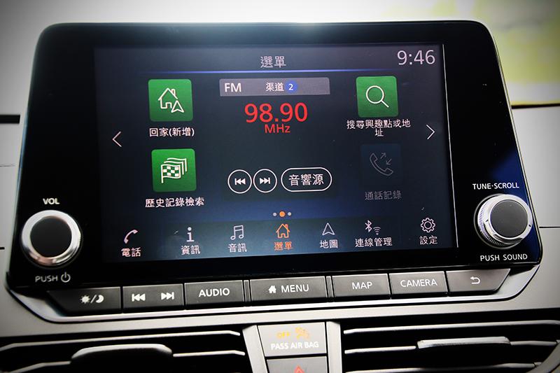 8吋觸控螢幕也放得中規中矩,其中手機連結功能理所當然具備其中。