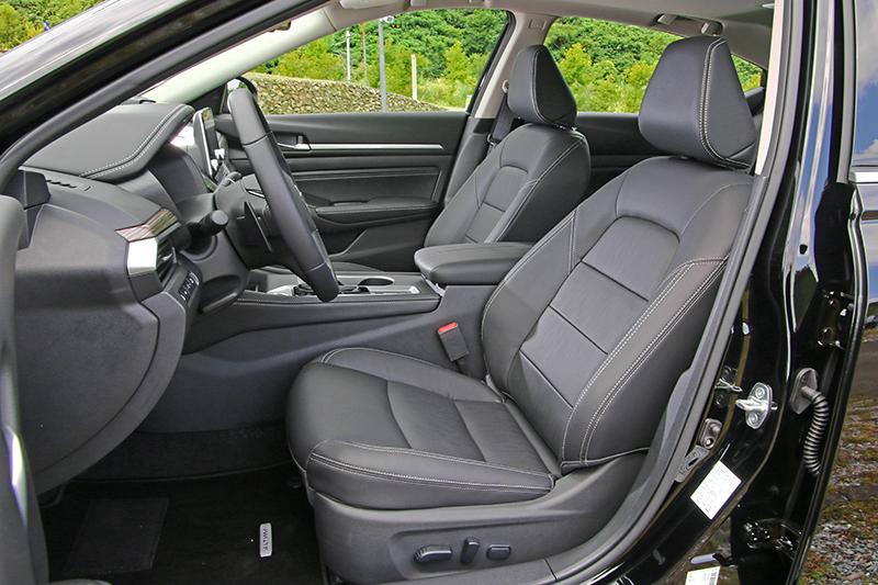 前座空間寬敞明亮,座椅舒適度也相當不錯。