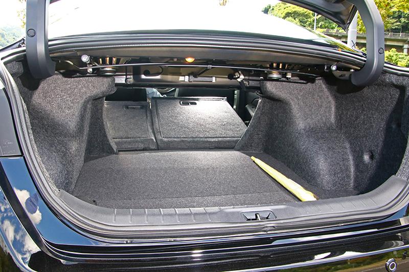 行李廂標準具備437升容積,當然後座椅背6/4分離傾倒也是一定要的。