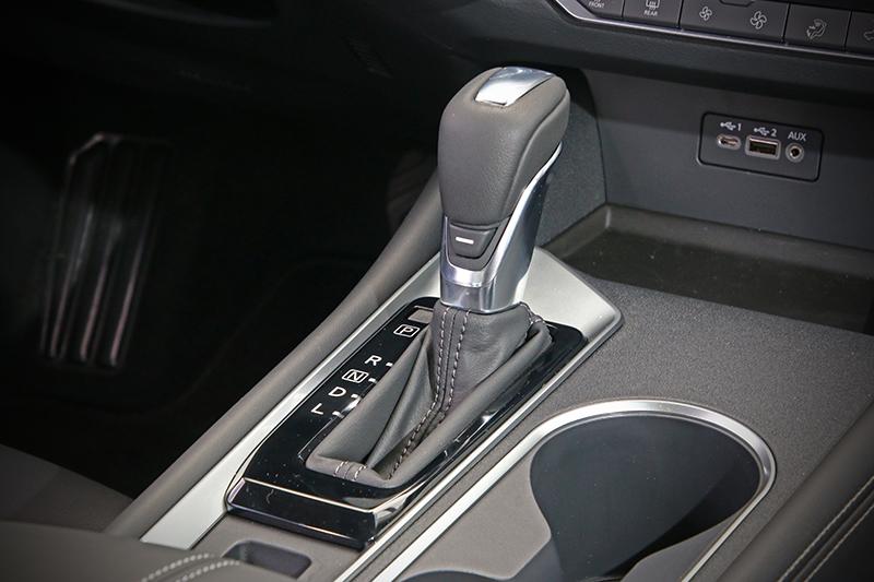 X-CVT依舊保有無段自動變速系統的反應與特質,有趣的是其Sport模式控鍵位於排檔桿後方中央的「一」字處,讓許多人找了半天也找不著究竟該從哪開啟。