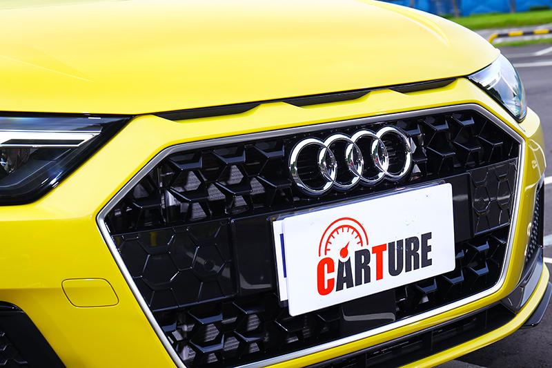 水箱護罩上方進氣孔是向Audi Sport Quattro致敬。