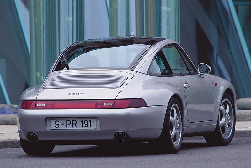 末代空冷993是將Targa改為全景電動玻璃天窗車型的濫觴,細小的C柱線條相當獨特,不過也因此少了經典Targa味。