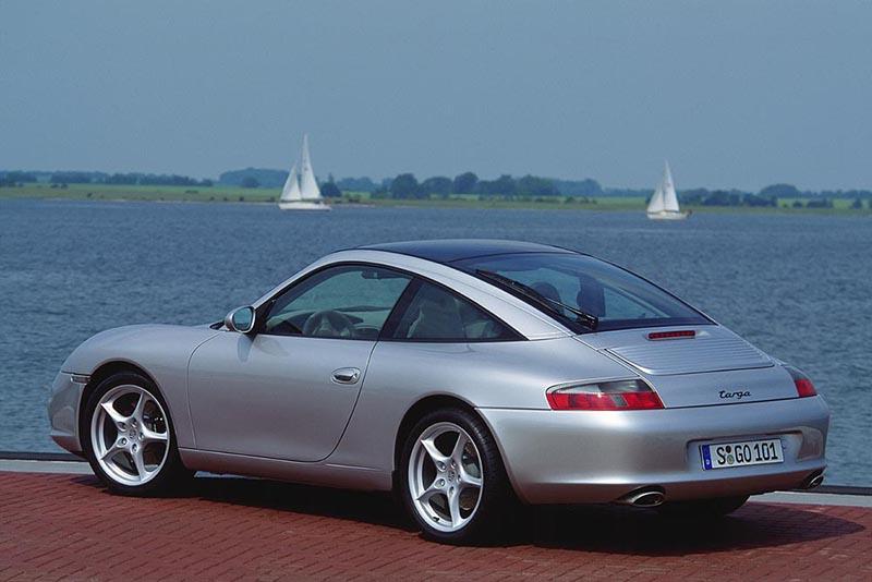 996 Targa依循993的前例,繼續使用全尺寸可開啟玻璃車頂設計。