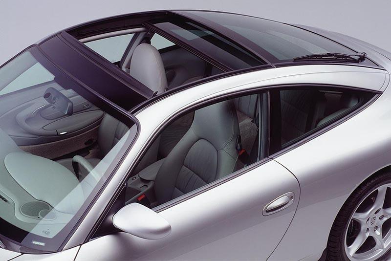 自993至997 Targa的車頂都是這麼設計的,開啟後會將玻璃收納至後窗位置,但其實意義上實在不好稱之為真正的敞篷。
