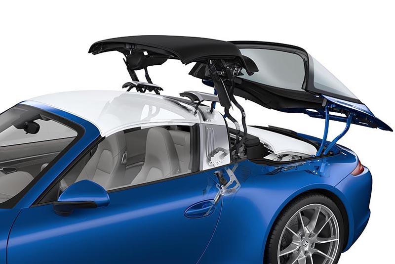 991 Targa的電動敞篷機構不算複雜,但獨立啓閉的寬大尾窗設計相當獨特。