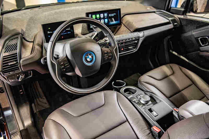 Edition RoadStyle車型專屬的深咖啡色真皮內裝搭配深色橡木內裝飾板,呈現舒適的座艙氛圍。