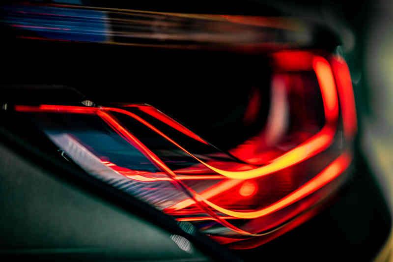 車尾兩側耀眼的透明玻璃尾燈,讓視覺上更具科技感。