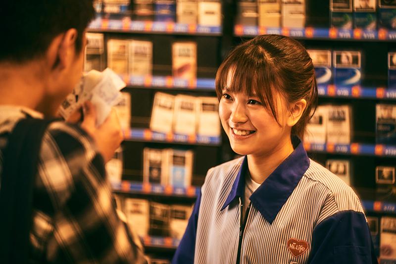 《做工的人》項婕如詮釋的「超商店員小玉」在單親家庭長大。