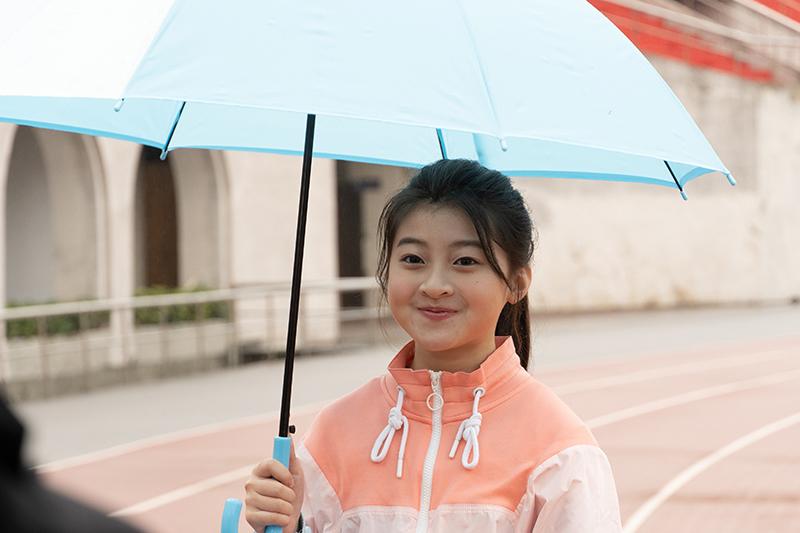 蓋兒Gail拍攝MV《你為了我撐把傘》意外大雨,與歌名不謀而合。