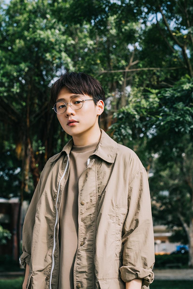 王耀楊演唱《做工的人》的主題曲《你的世界》歌曲帶著惆悵感卻又能被磅礡的氣勢安慰。