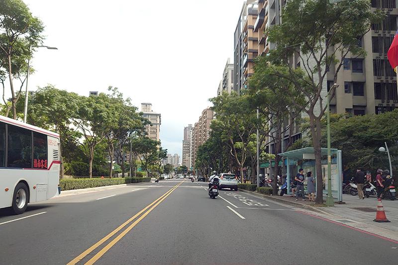 以淡水新市鎮為例,明明是住商混合區域,卻沒有規畫臨停空間,以及直接將公車停等區佔用外線車道,都間接造成民眾容易違規與交通意外的不良設計。真搞不懂為何都已經是新規劃的區域了還是如此。