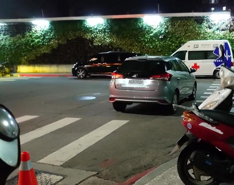 這種直接將車停在路口,嚴重影響交通安全者,人人都得以檢舉。