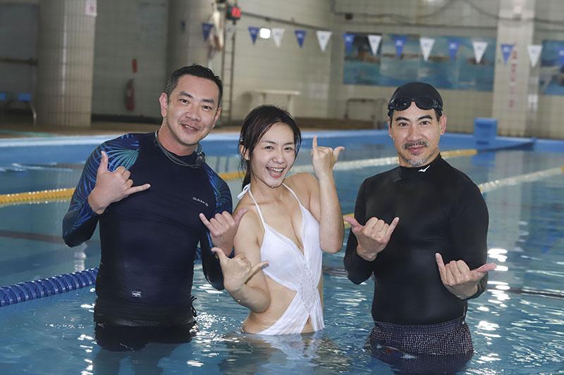 《多情城市》演員李又汝(中)穿性感泳衣入池,翁家明(右)跟江俊翰(左)笑翻全場