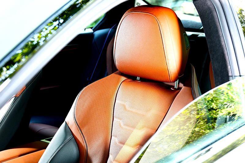 座椅採Merino真皮包覆,且提供通風加熱功能。