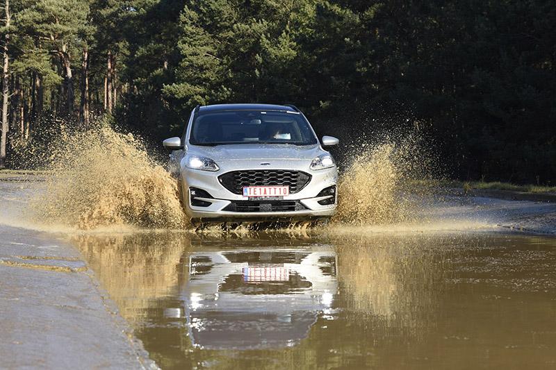 泥水路測試以定速行駛泥水測試道,模擬車輛行經泥水路面後各項功能與鈑件經水力衝擊不受影響M