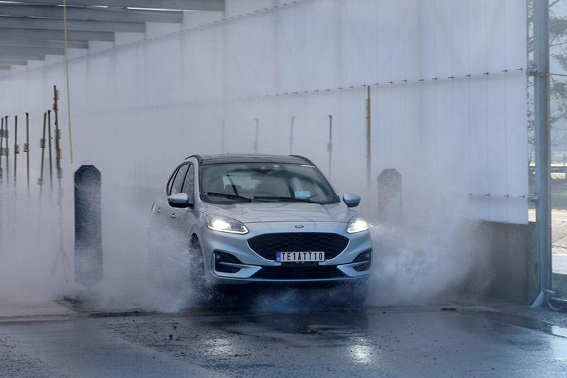 鹽霧測試以定速行駛通過鹽水測試道與鹽霧灑水器,測試車輛底盤及外裝零組件對於鹽霧的耐受及抗腐蝕程度。