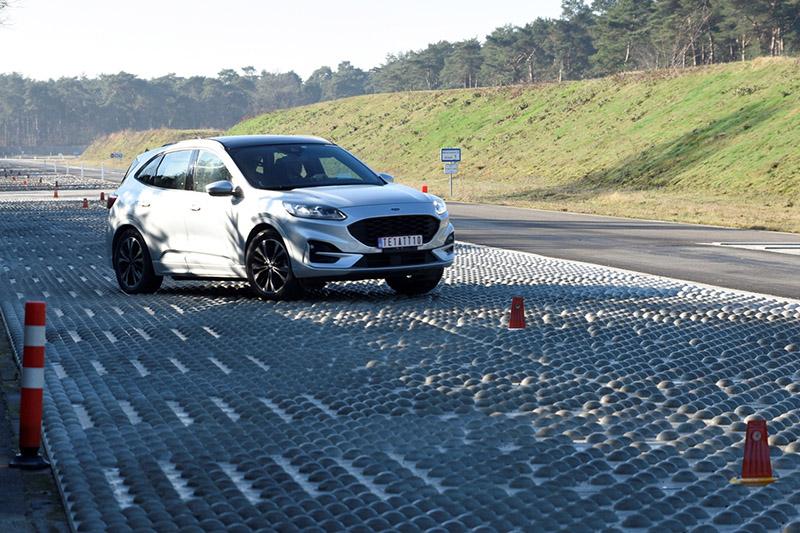 鵝卵石路測試,以定速通過繞錐鵝卵石路面路,檢視車輛輪圈在崎嶇路況行駛後,是否會造成損傷。