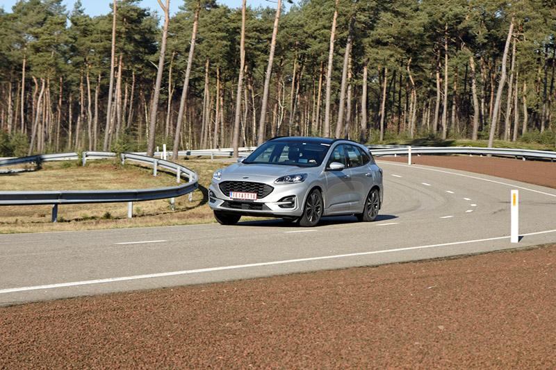 綜合測試道路是在特定的封閉彎曲道路依規範車速與檔位進行操駕,透過各式動態測試,檢視車輛操控性、安全性與耐久性。