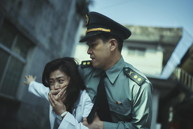 《媽!我阿榮啦》中楊小黎(左起)、隆宸翰大打出手 見血、中暑樣樣來。 ※戲劇效果請勿模仿※