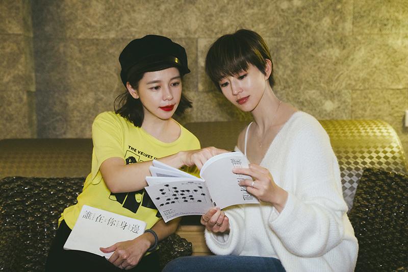 《誰在你身邊》徐若瑄(左)身兼製作人與演員,與張鈞甯(右)劇中飾演姐妹。/頤東娛樂提供