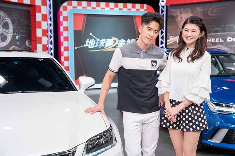 JR紀言愷(左)上《地球黃金線》節目分享用車經驗。/TVBS提供