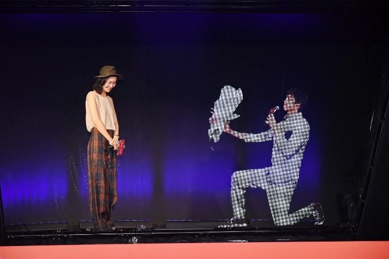 鍾瑶(左起)與羅宏利用5G科技實境秀運用「全息影像技術」重現《跟鯊魚接吻》求婚畫面。