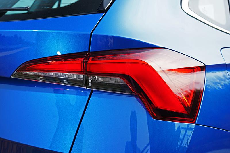 尾燈很有時尚感,也為車尾帶來更寬闊低扁的視覺效果。