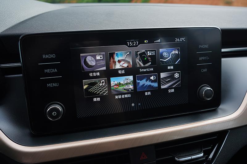 懸浮式8吋多媒體中文化資訊觸控顯示幕不僅畫質細膩,同時內建Apple CarPlay與Android Auto功能。
